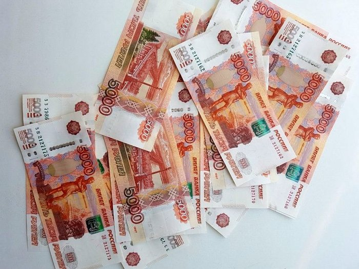 Рубль укрепляется к доллару и дешевеет к евро