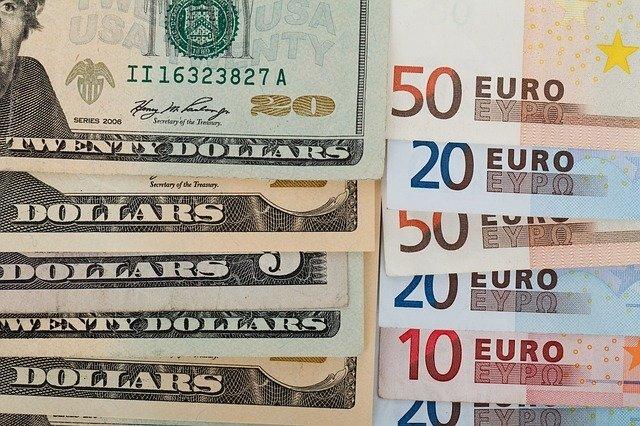 Курс рубля растет к доллару и евро