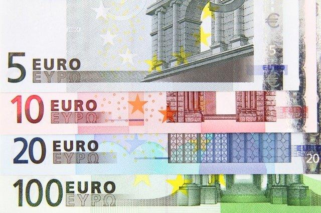 Евро активно растет относительно других валют