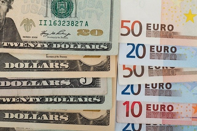 Валюты дорожают к рублю на открытии торгов