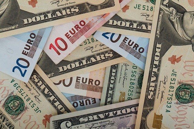 Курсы доллара и евро снижаются