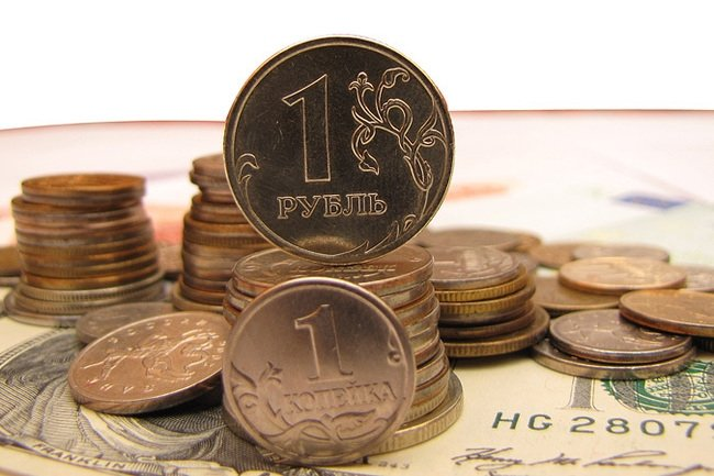 Курс рубля растет следом за нефтью