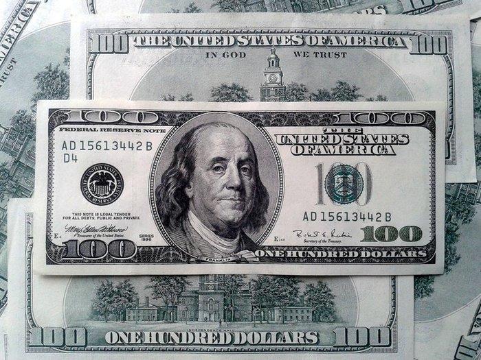 Рубль уступает доллару