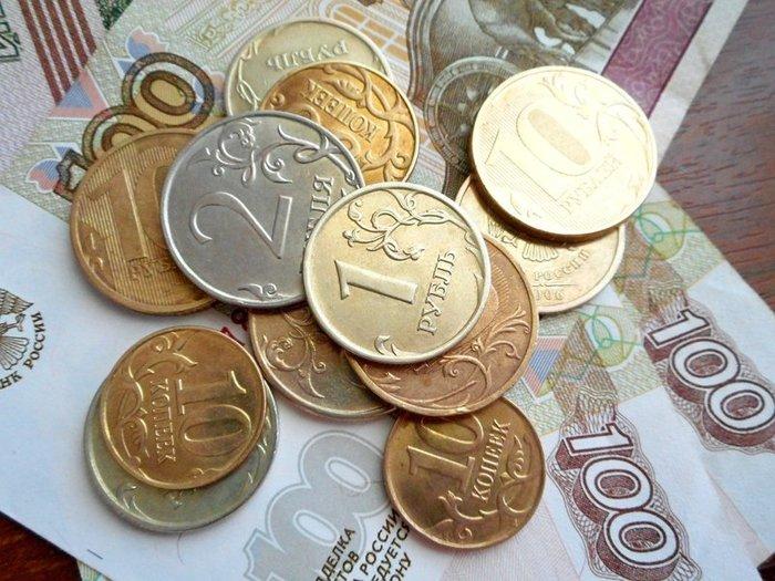 Рубль укрепляется к доллару и слабеет к евро