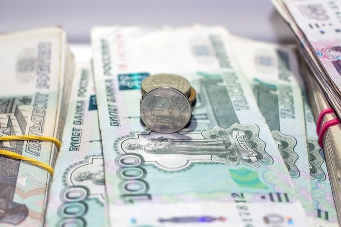Рубль слабеет перед длительными выходными