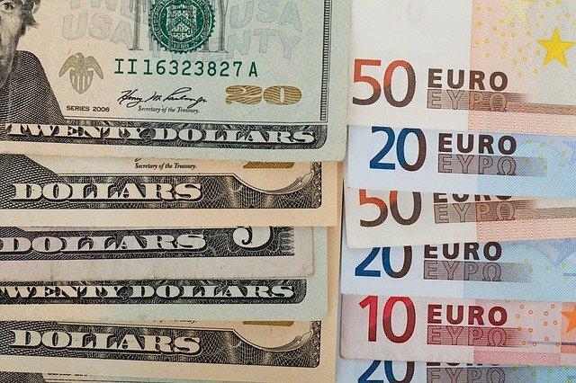 Рубль дешевеет к доллару и дорожает к евро