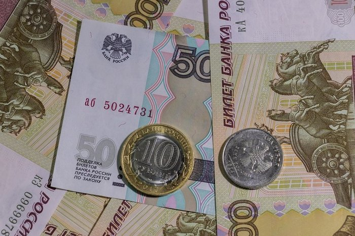 Рубль пытается укрепляться на открытии торгов
