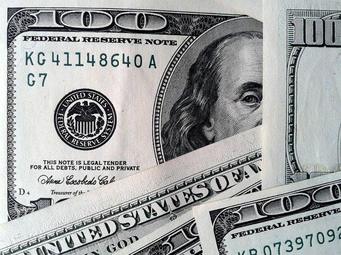 Курс доллара ушел ниже 61 рубля