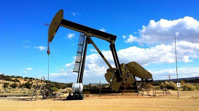 Нефтяные цены упали более чем на 2%
