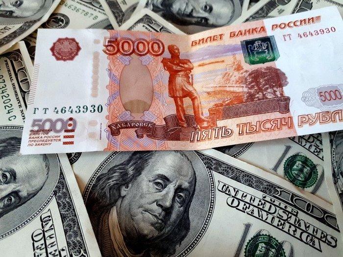 Рубль заметно укрепился на открытии торгов