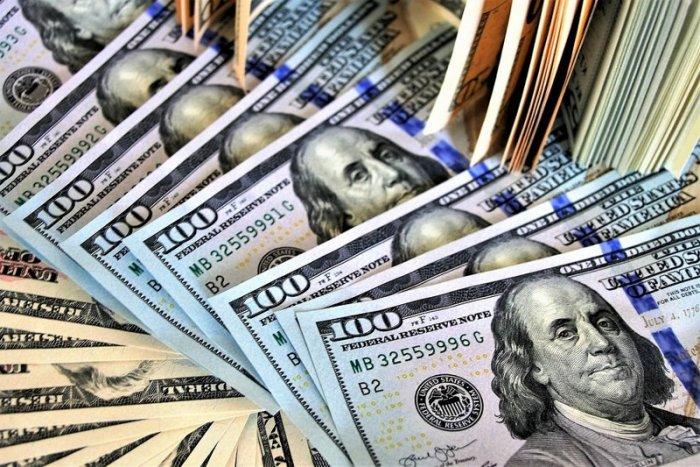 Курс доллара превысил 64 рубля впервые с мая