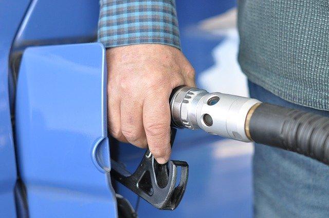 Население бросилось скупать дешевый бензин в интернете