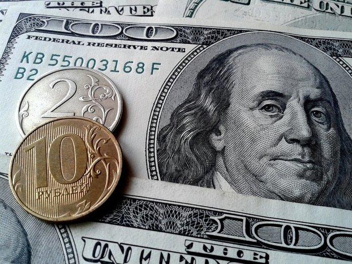 Курс рубля растет на открытии торгов
