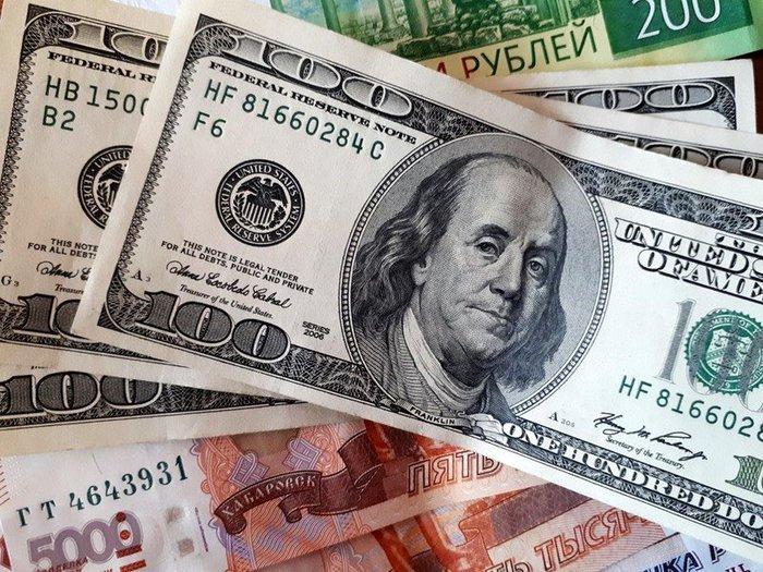 Рубль дешевеет вслед за нефтью