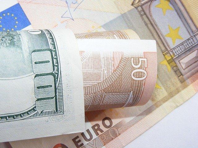 Курсы доллара и евро изменились незначительно