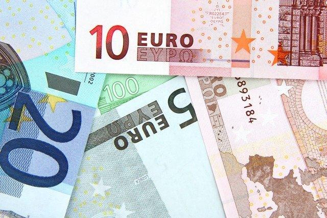 Курс евро ушел ниже 77 рублей
