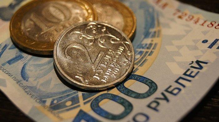 Курс рубля начал неделю снижением