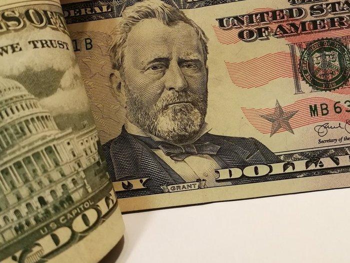 Курс доллара ушел ниже 66 рублей