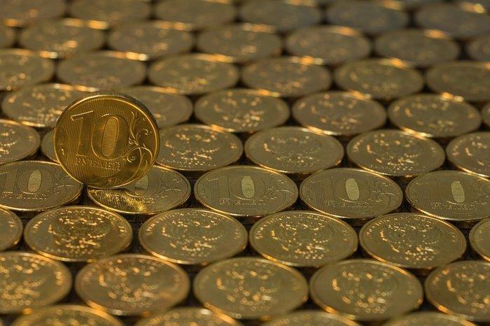 Рубль укрепляется к евро и слабеет к доллару