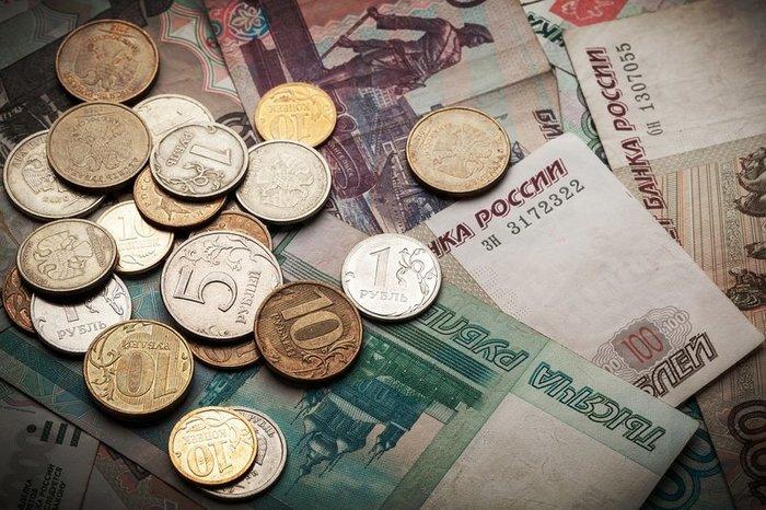 Рубль дешевеет на фоне снижения нефтяных котировок