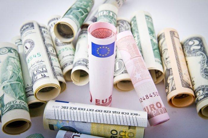 Рубль уступает доллару и евро