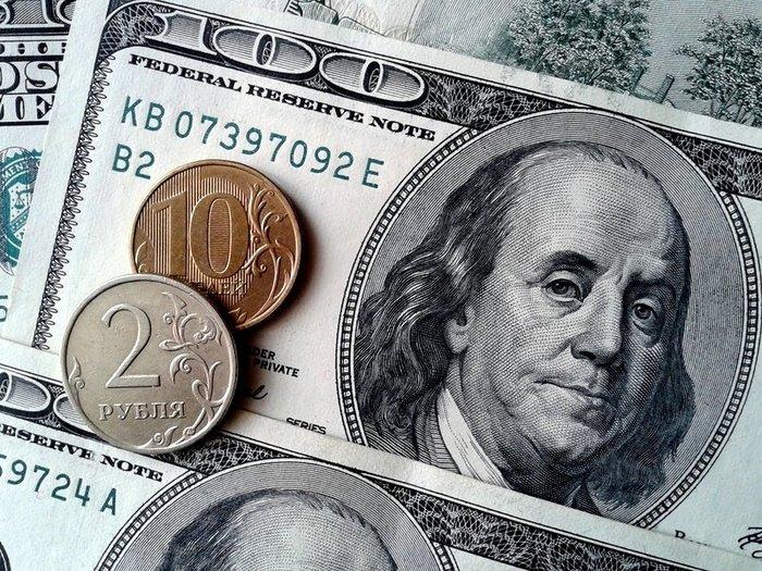 Курс рубля растет к доллару и снижается к евро