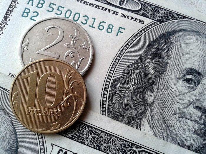 Рубль заметно укрепился к доллару и евро