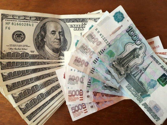 Рубль дешевеет на открытии торгов