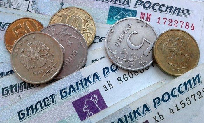 Российская валюта уступает доллару и евро